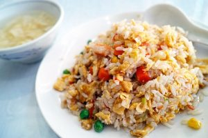 Manger du riz au restaurant