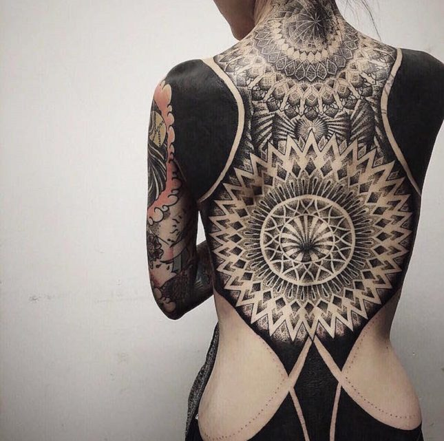 Le tatouage blackwork déferle dans les salons de tatouage