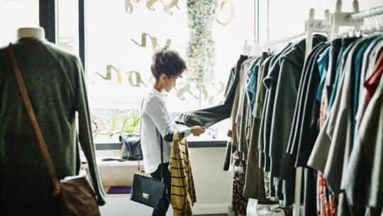 Grossiste de vêtements sous licence : pourquoi le choisir ?